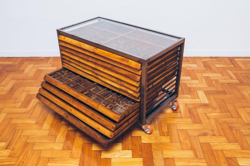 Gaveteiro Tipográfico Industrial tampo vidro 1 - Pé Palito Vintage