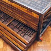 Gaveteiro Tipográfico Industrial tampo vidro 4A - Pé Palito Vintage